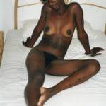 Malia, africaine sénégalaise nue à la peau ébène