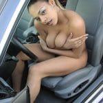 Guyanaise matérialiste nue en voiture