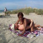 Vidéo Eva Congolaise naturiste à gros seins plan à 3 exhib à la plage