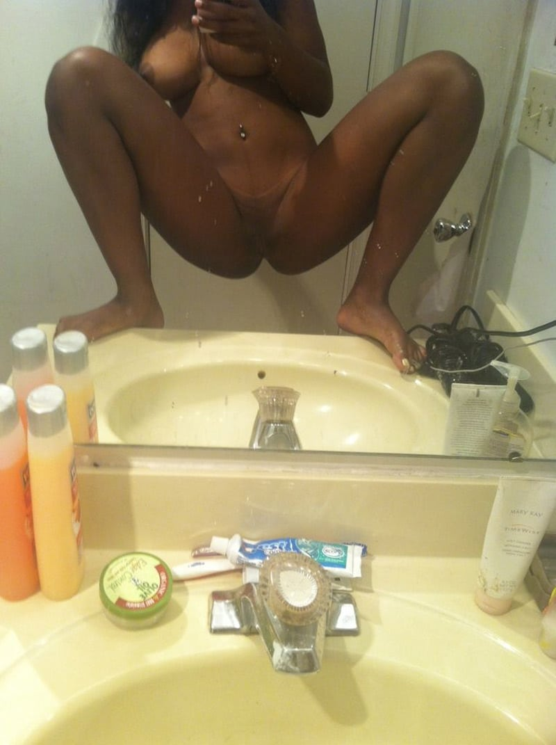 Jolie beurette qui se caresse dans la salle de bain - 1 part 1
