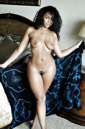 bombe-sexuelle-pulpeuse-metisse-hanches-sublimes-nue