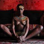 Magnifique reine nubienne aux seins nus