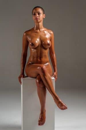 model-metisse-nue-enduite-huile