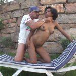 Vidéo Latine black bien gaulée baisée dans le jardin
