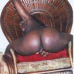 Congolaise ébène à gros cul sur un fauteuil