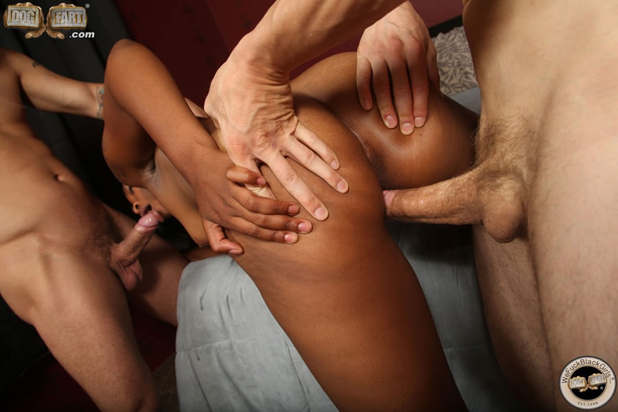 Une salope qui baise un black durant un trio
