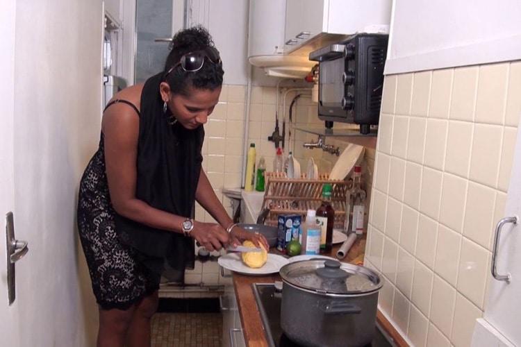 Caroline coupe l'ananas