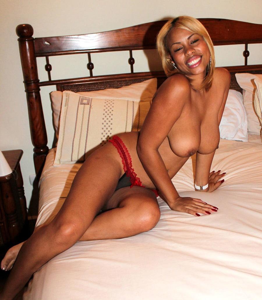 Jamaïcaine nue souriante